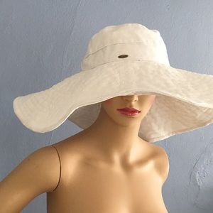 A tue stand out; a SCALA sun hat with large brim!